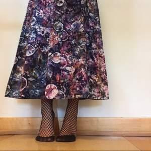 70tals klänning, bekväm och snygg. Säljes pga för stor för mig (min längd 160cm)