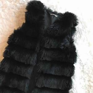 Säljer en jättefin svart pälsväst ifrån Tessie, ny skick!!💗