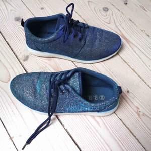 Glittrande bekväma skor i strl 39. Knappt använda. Inköpta på en skobutik i Belgrad.