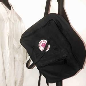 Snygg Fjällräven-ryggsäck i fint använt skick. Hämtas helst men kan skicka mot fraktkostnad.