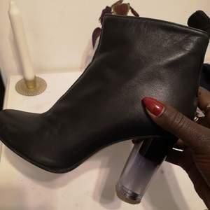 Snygga boots from märket minimarket. Passar perfekt nu under hösten. Har använts 2 gånger. De är i skinn och är i bra skick! Möts upp i Stockholm eller fraktar de.