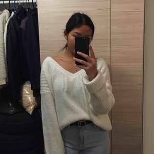 Säljer denna stickade tröja från boohoo. Använd två gånger på grund av att den är för stor. Den är som M/XL  Jag är petite (156 cm) och har storlek XS/S. Men denna var alldeles för lång som ni kan se i bild 2. Kan endast mötas upp i Örebro