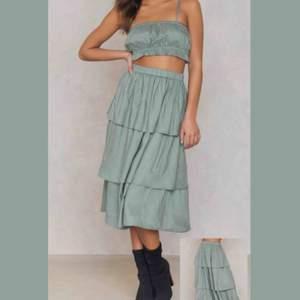 Slutsåld skitsnygg kjol från nakd i strl 36. Kjolen är i nyskick då den endast är använd 1 gång!! Tar Swish och frakt står du för 💚💚💚 (är mkt ljusare än vad den ser ut på bild 2)