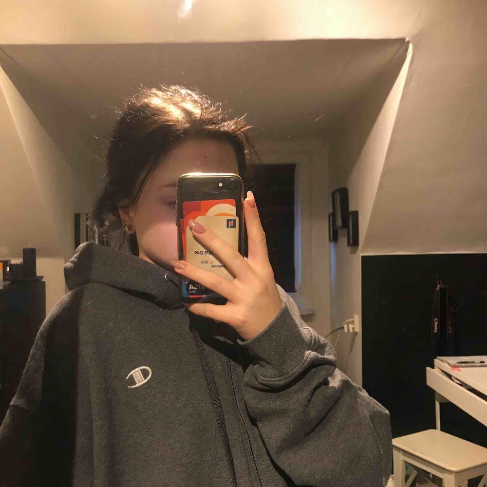 Oversized hoodie från champion. Ganska stor på mig då jag är 158 men skulle ändå säga att den är mer som large än extra large. Frakt tillkommer . Tröjor & Koftor.