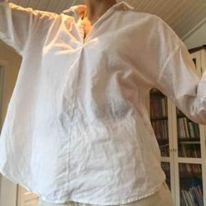 Fin, vit blus från H&M. Material: linne. V-ringning. Tunn och lite genomskinlig.  Frakt: + 42kr