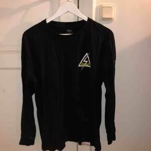 Long-sleeve från Diamond i bra skick! Köpt i San Francisco i original butik. Köpare står för frakt, kan mötas i Nacka eller ev annan plats🙏🤠