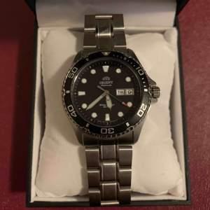 Säljer min klocka, helt nytt skick. Kortat av bandet med 3 länkar som kommer med i förpackningen. Köpt för 1900kr Säljer för 1500kr