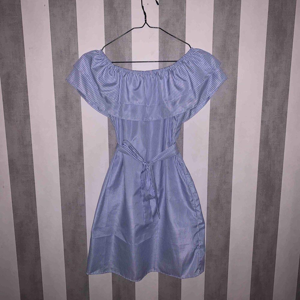 Jätte fin klänning, perfekt till när man vill känna sig extra fin! Köpt för 700kr och använd en gång så den är i bra skick. Köparen står för frakt🥰 passar storlek xs/s. Bältet sitter inte fast så man kan själv välja hur man vill ha det. . Klänningar.