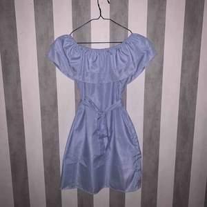 Jätte fin klänning, perfekt till när man vill känna sig extra fin! Köpt för 700kr och använd en gång så den är i bra skick. Köparen står för frakt🥰 passar storlek xs/s. Bältet sitter inte fast så man kan själv välja hur man vill ha det.