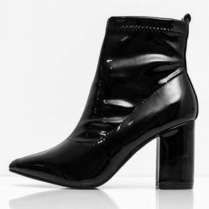 """Ett par svarta """"wet look heel boots"""" med dragkedja på sidan. Klacken är 9 cm. Skitsnygga att ha till ljusa jeans eller till nån gullig klänning. Spetsig tå."""
