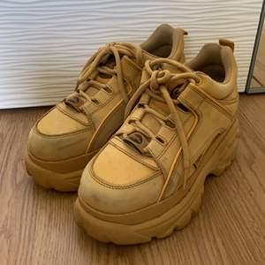Säljer mina gula buffalo skor som jag it använder längre! köpta för 1800kr, väldigt bra skicka knappt använda! frakt står för köparen😌💓 kan säljas billigare vid snabbt köp