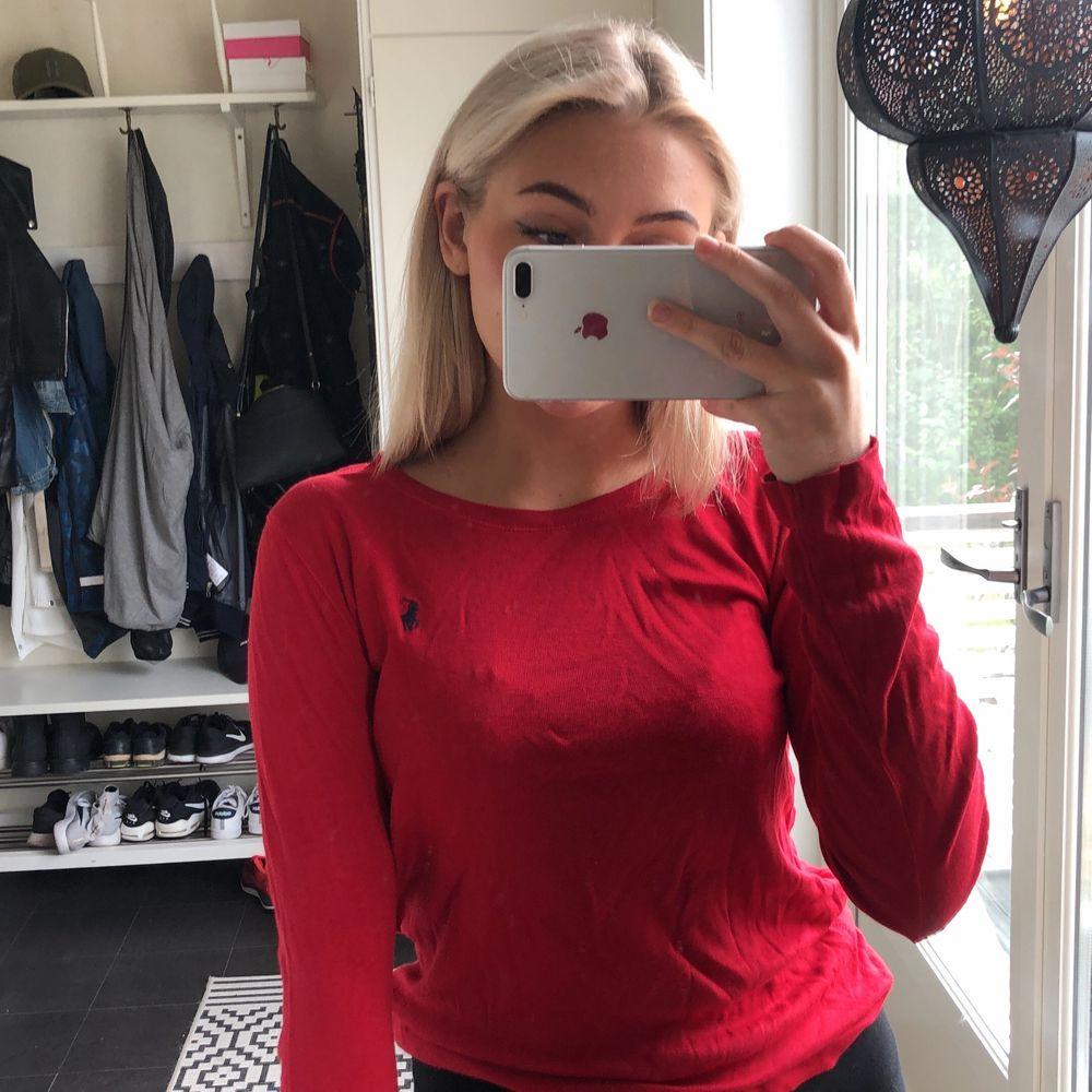En röd långärmad Ralph Lauren tröja i storlek 158/164 passar dock mig som är en XS/S! Säljer då den inte kommer till användning. 200kr🥰. Tröjor & Koftor.