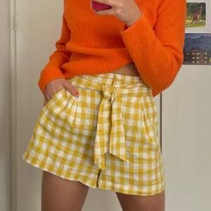 Somriga gingham-rutiga shorts från Bershka i storlek S (passar även xs då de har resår på baksidan)🤩 sitter superbra i midjan och är perfekt längd! ☀️🌈