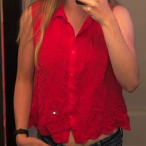 Röd blus med brodyr nedtill. Jättefint och mjukt material. Säljes då den tyvärr blivit för liten på mig. Köparen står för frakten🌸