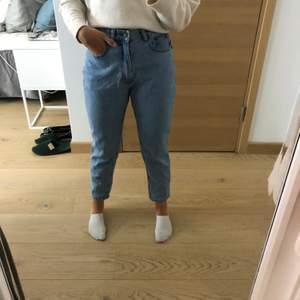 Säljer detta jätte fina jeans från pullandbear som tyvärr inte kommer till användning med anledning av att jag tycker att dem är försmå. Använda en gång. Jag är 170cm! Frakt 27-69kr/ Bud ligger på 200kr