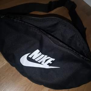Nike väska, bumbag. Hade den på lollapalooza det är inte riktigt min stil och använder ändå bara ryggsäck. Men det är perfekt i storlek. Den ser ny ut.
