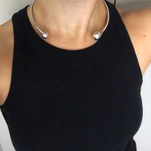 Använt en gång, super fin till off shoulder klänning eller djup-ringade plagg.   Pris kan diskuteras vid snabb affär!  Nypris: 2600kr  Kommer med dustbag.
