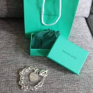 Väldigt fin Tiffany& co armband. Inte äkta med bra kopia!.Box, allt medföljer! Bjuder på frakten!