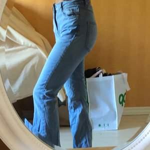 Bootcut jeans från GINA TRICOT, storlek XS har haft dom i garderoben länge därför är dom skrynkliga. Har använt 2 ggr men insåg att dom satt inte bra på mig dom är lite för långa. 170+frakt skriv för mer info