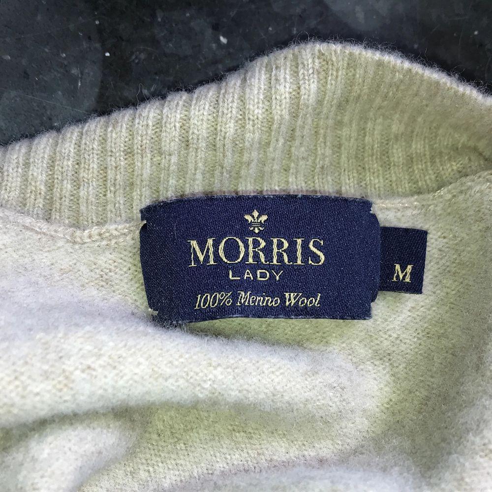 Säljer en jätte jätte mysig kofta/tröja från Morris som jag använt 1 gång, den går ut lite i armarna, å har en liten urringning, väldigt mjuk, kan mötas upp i jämtland, annars står köparen för frakt💕. Tröjor & Koftor.