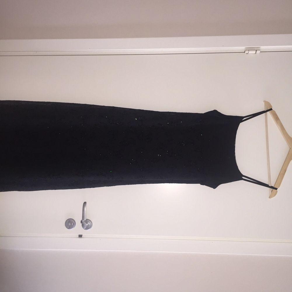 Klänning köpt i Dubai. Svart med glittriga detaljer. Klänningar.