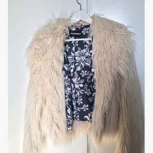 Säljer en fake fur jacka från rockandblue i mycket bra skick!  Nypris: 2 500kr Endast använd fåtal gånger
