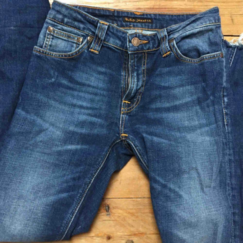 Nudie Jeans, med avklippta ben. Sitter snyggt på mig som är strl 25. Köpare betalar frakt 40kr. Jeans & Byxor.