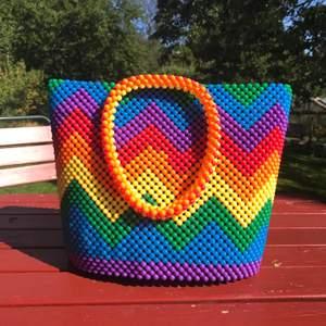 Jätte fin färgglad väska med pärlor köpt i Uganda (gjord av 🏳️🌈 lgbtq+ medlemmar i Uganda)! Helt ny och handgjord! Jätte bra kvalite! Frakt tillkommer ✨🛍