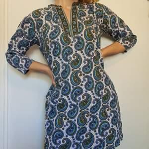 Frakt INGÅR i priset! Säljer min Salwar Kameez, en slags tunika, direkt från Indien! 🇮🇳 🧡 Den slutar vid mitten av låren och har slitsar på vardera sidor. Har nästan aldrig haft på mig denna, och hoppas på att den kan få ett bättre hem någon annanstans