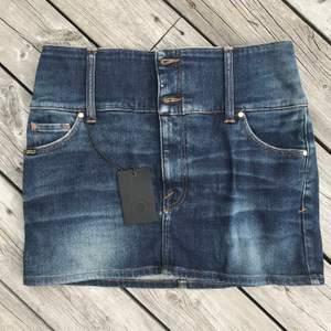 "Lågmidjad, kort jeanskjol från stiger of Sweden. (Sitter på höften) Lite ""vintage"" style. Helt oanvänd, har prislappen kvar. Frakt: 21kr"