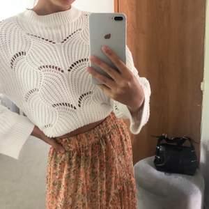 Säljer denna vita stickade tröjan från Gina Tricot som jag köpte för ca 1 år sedan💕 den är Sällan använd och är i mycket bra skick! (Köparen står för fraktkostnad) 🥰