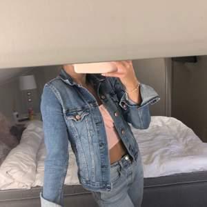 Snygg jeansjacka som inte används längre, inte mycket använd så i bra skick💗