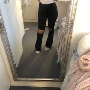 Svarta bootcut jeans från salt i storlek S, dock väldigt stretchiga så passar nog även M. Fint skick. Köpta för 499kr. Kan gå ner i pris.