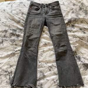 Grå jättefina Zara jeans i stl 24, sitter perfekt o e jätte sköna men får ingen användning. Dem är bootcut och lite kortare än vanligt 💞