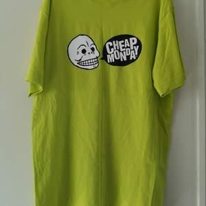 Oversize t-shirt från Cheap Monday. Använd fåtal gånger. Storlek M. Unisex. 80 kr, köparen står för frakten på 63 kr. 🌸