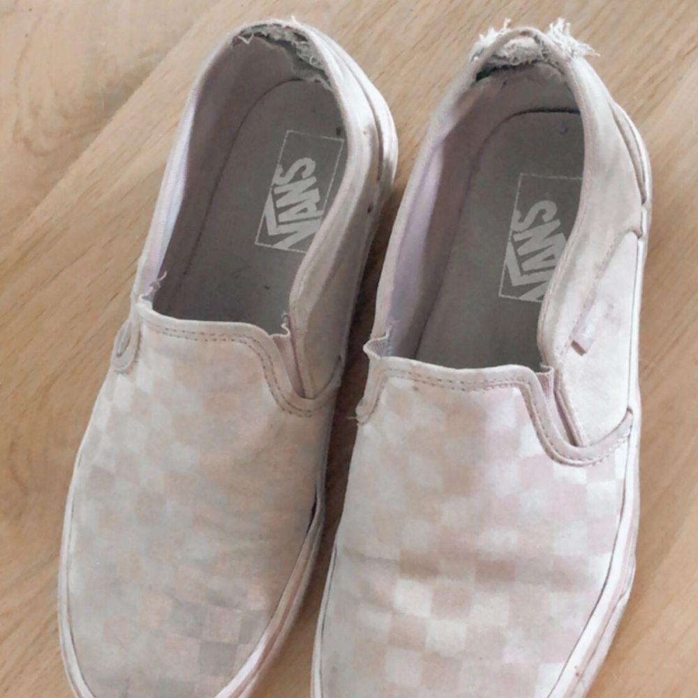 Vet inte enns om någon vill ha dessa slitna Vans, men de kanske går att repareras☺️Tvättas såklart innan frakt ☺️Pris kan diskuteras! ÄKTA. Skor.