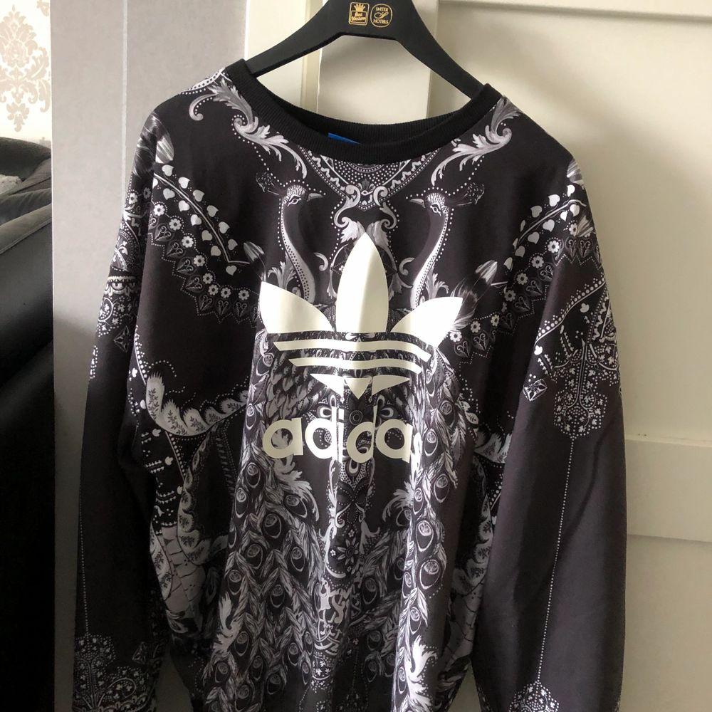 En jätte fin Adidas tröja med coolt motiv😎 den är exakt som den andra adidas tröjan jag säljer, samma passform och storlek😝. Tröjor & Koftor.