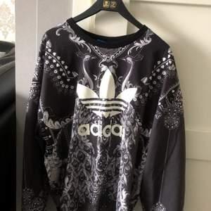 En jätte fin Adidas tröja med coolt motiv😎 den är exakt som den andra adidas tröjan jag säljer, samma passform och storlek😝