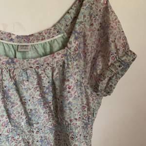 Söt klänning i fina pastellfärger, fint skick. Det finns en insydd dragkedja på sidan av klänningen! 50kr + frakt