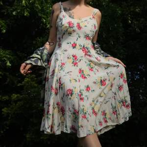 """Så så fin vintageklänning från GR Design. Kjolen är """"tung"""" och hänger jättefint, och snurrar sådär som en kjol ska göra när en dansar rundor. Finns en innerkjol också. Är i använt men väldigt fräscht skick. Är strl 42 men sitter fint på mindre storlekar🌸"""