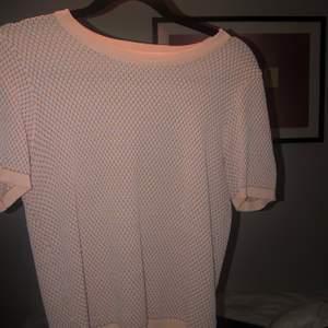 Populär rosa zara tröja! Knappt använd då det inte riktigt är min stil, men den är supersnygg och är helt som ny. Storlek S