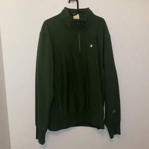 Khakifärgad sweatshirt med hög krage och dragkedja från Champion i strl XL