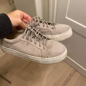 Beige mockasneakers från Nelly i storlek 37. Använda några gånger men mest stått och dammat i garderoben. Säljer för 100kr