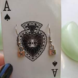 har gjort dessa jättesöta örhängena av små silvriga lås med ett litet hjärta på, väldigt lätta på öronen. de är nickelfria och helt oanvända. 11 kr frakt tillkommer♡♡