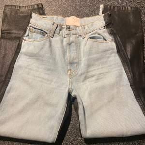 """Säljer mina skitballa jeans som är köpta ifrån Los Angeles. Dem är halva ljusblåa jeans o halva läder aktiga😍 Storlek 26 och passar mig som är 165, passar även mindre o större beronde på hur man vill att dem ska sitta😁 (dem går över skorna på mig, men dem är som ett par """"mom jeans/straight jeans"""". Frakt tillkommer på 63kr (använda endas en gång)"""