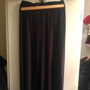 Utsvänga byxor från american apparel. Resår i midjan som får dina ben att se dubbelt så långa ut! Passar en kväll ute som hemma