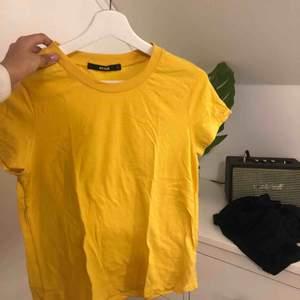 Gul t-shirt från bikbok || storlek S || säljer för 50 kr + frakt