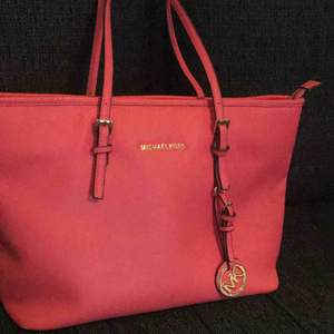 Det är en rosa mk väska  42 cm bred 26 cm hög Använt några gånger 😊