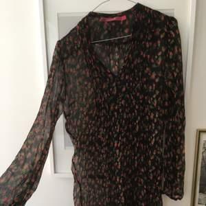 Gammal fin transparent klänning från indiska. Inköpt ca 2005. Snygg tex med en enkel kort svart klänning under.