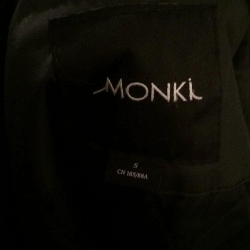 Vinter/vår jacka från monki. Oljerock inspirerat material. Oversized, passar allt från strl 36-40. . Jackor.